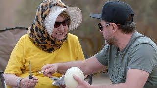 Mama Andrzeja Piasecznego pierwszy raz w życiu widziała strusie jajo! [Starsza pani musi fiknąć]