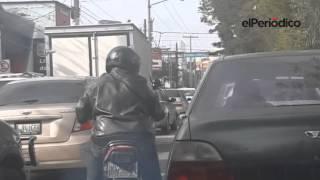 Captan en video asalto a automovilista en zona 9 de Guatemala