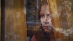 NAINEN IKKUNASSA | Virallinen traileri | Suomi HD