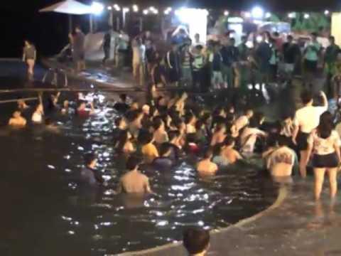 Ngô Thời Nhiệm Sân khấu bên hồ bơi, khán giả dưới nước