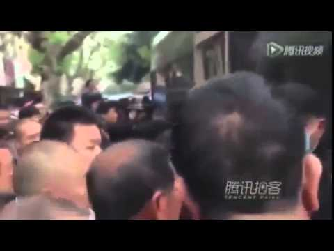 RAW Moment Crowd Turn On Chinese Chengguan Police
