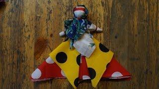 Видео-урок по изготовлению уральской куклы от худого слова(Каждую пятницу в музее «Тульские древности» проходят занятия из цикла «Народная кукла». На них дети и взрос..., 2016-01-31T08:59:27.000Z)