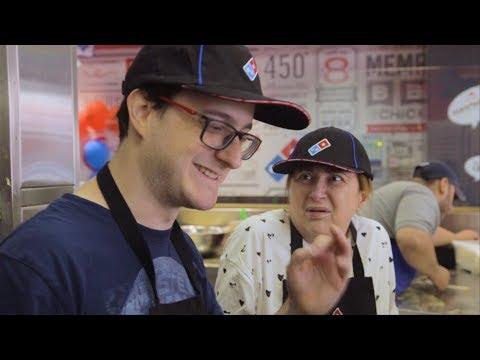 תום ואמא שלו מכינים פיצה