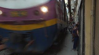 """Vietnam: fermeture de la """"rue du train"""" à Hanoi   AFP News"""