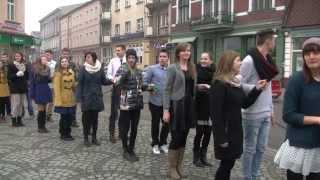 """Uczniowie """"Krzywoustego"""" i """"Żeglugi"""" tańczą """"belgijkę"""" na nakielskim Rynku"""