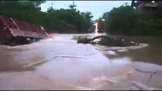 Download Video Lori jatuh sungai ketika banjir MP3 3GP MP4
