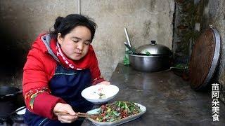 苗大姐2元一斤猪肉,加半斤酸辣椒一炒,四小碗米饭吃光了