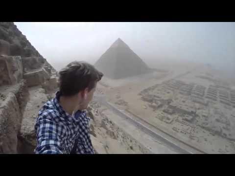 Парень забрался на Великую пирамиду в Гизе