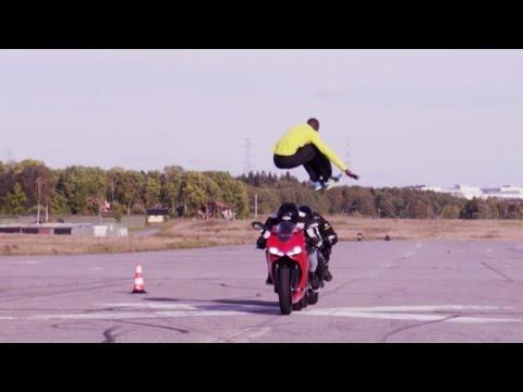 画像: Epic jump over two motorcycles (Original) 110 km/h youtu.be