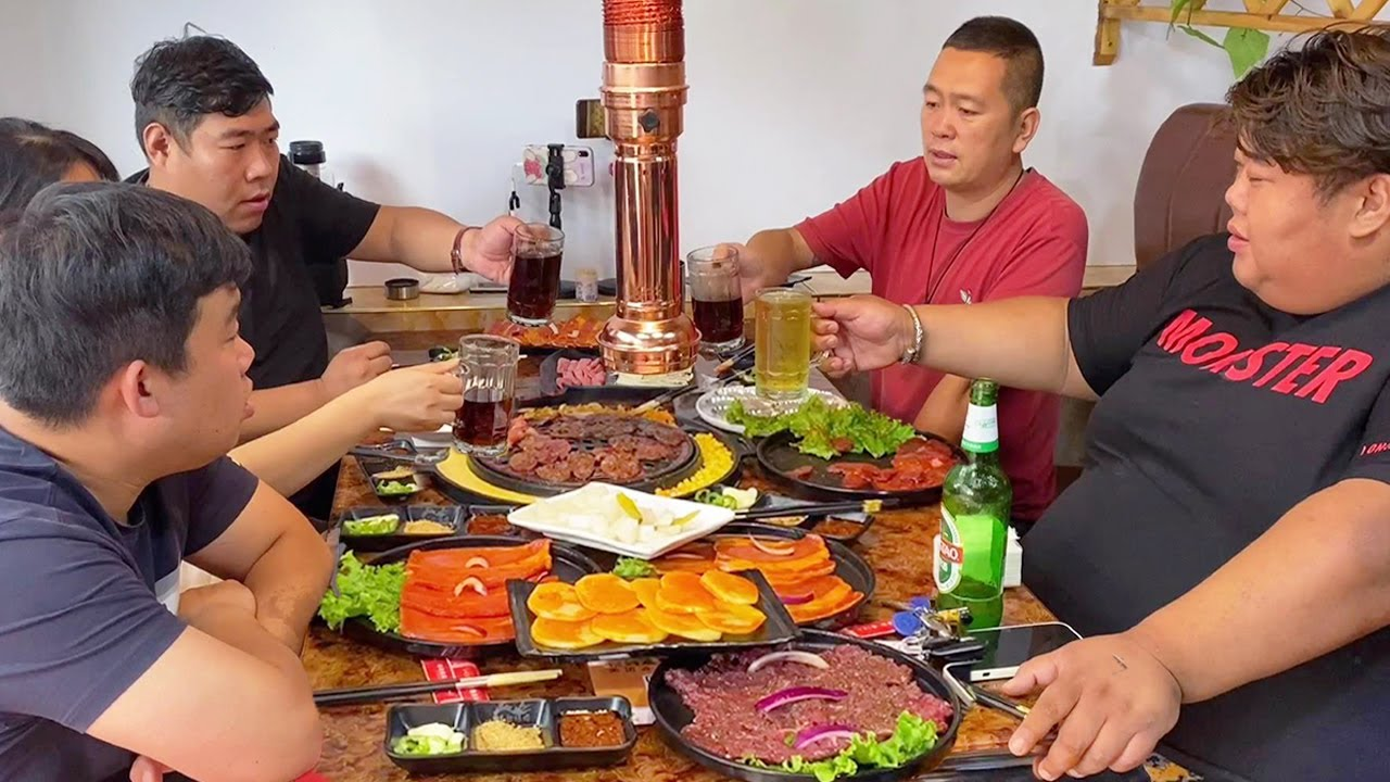 地道的东北炭火烤肉,猴哥用苏叶包肉一口造,外焦里嫩吃的太过瘾了!【胖猴仔】