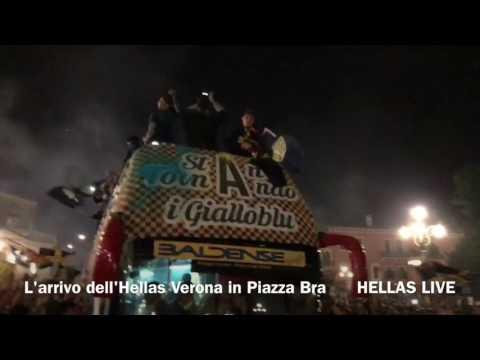 Ore 3:10. L'arrivo dell'Hellas Verona in Piazza Bra
