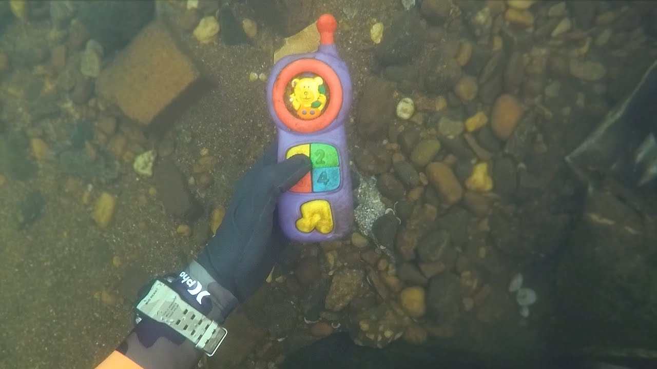 found-2-phones-knife-and-jewelry-underwater-in-river-scuba-diving