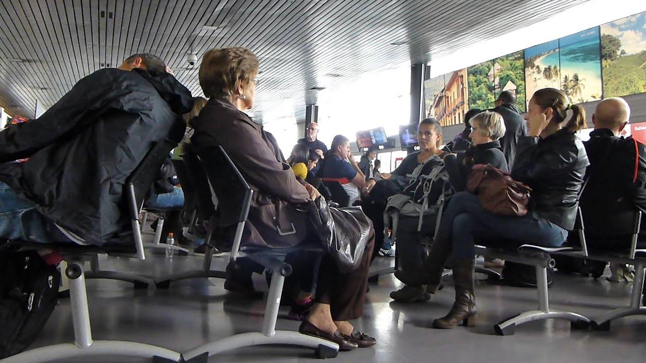 Ejecutiva De Viajar Personas En El Aeropuerto De: #10393, Personas En La Sala De Espera De Un Aeropuerto