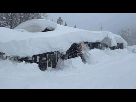عاصفة ثلجية ضخمة وجبال ثلجية تدفن المنازل والسيارات والشوارع في السويد