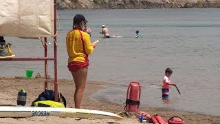 Lifeguards need to put their cellphones away at work: experts