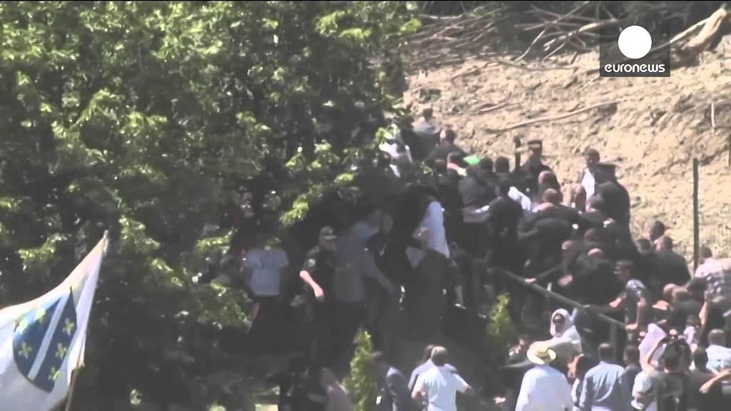 El primer ministro serbio huye bajo una lluvia de piedras en Srebrenica