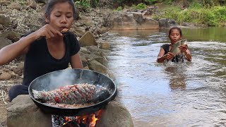 Survival skills: Catch fish in river and Cooking fish tasty recipe for eating delicious