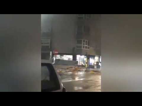 Un edificio de Cangas pierde parte de su fachada con el temporal