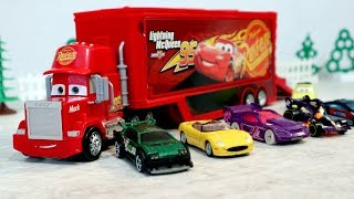 Трейлер грузовик Мак и игрушечные машинки. Видео с игрушками