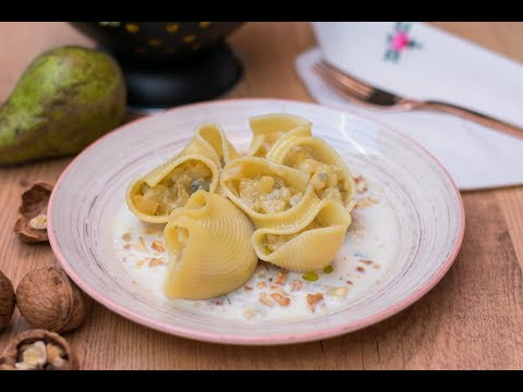 Pasta rellena de pera y gorgonzola, con salsa de queso con nueces