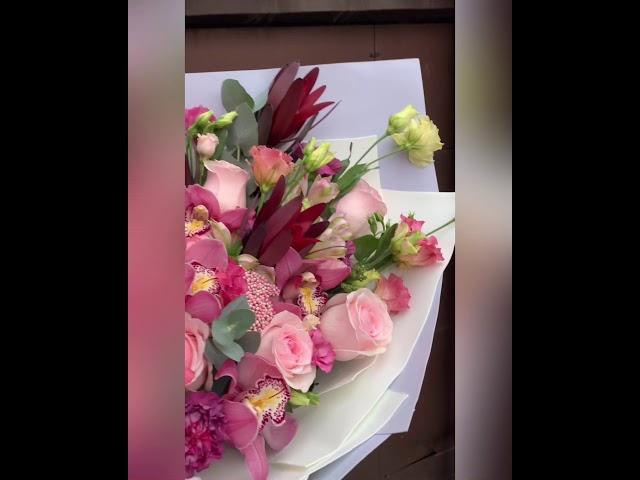 Шикарный букет из роз и экзотических цветов