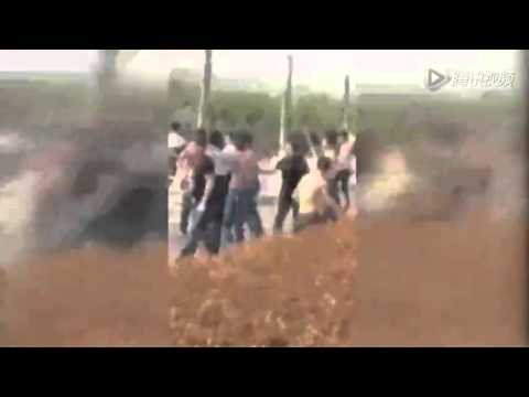 Terrible gang fight seen between property developers & villagers in C China's Henan Fri