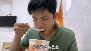 小東:去醫院住院一天花費500多元,伙食費幾十,早餐吃玉米粥豆沙包