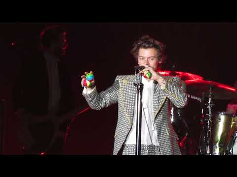 Harry Styles Fazendo Malabarismo No Palco [Rio De Janeiro/Brasil]
