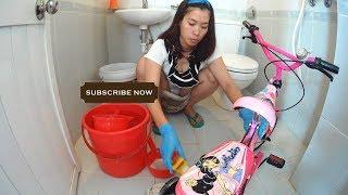아름다운 싱글 엄마가 매일 방에서 장난감을 청소합니다.