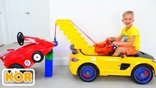 블라드와 니키타는 장난감 견인 트럭으로 놀다.