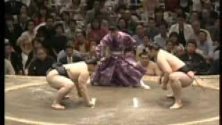 The bulgarian giant Kotoōshū defeated the great champion yokozuna Asashōryū