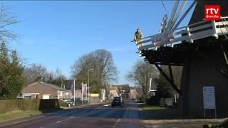 Vrachtwagens raken oude molen in Dalen