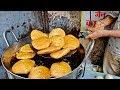 ALOO PYAZ KACHORI   Oldest Shop in Zaveri Bazaar Khau Galli   Indian Street Food