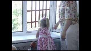 видео Как уберечь детей от падения из окна. Советы родителям