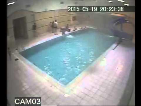 Парен одиноко отдохнул в бассейне видео фото 18-582