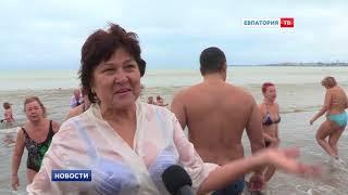 Евпаторийцы окунулись в море на Крещение