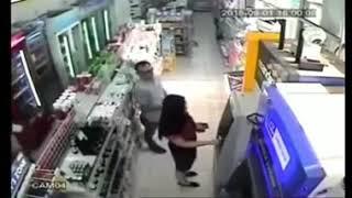 astakhfirullah !!! seorang lelaki nekat membuka baju wanita di tempat umum