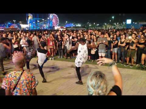 Grupo de dança em frente ao palco Rock District - Rock in Rio - 22/09/2017  (trecho)