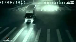 Ангел спас человека от смерти!(Совсем недавно в Китае произошел такой случай. Один мужчина ехал поздно ночью на своём мотоцикле, и чуть-чут..., 2012-10-19T13:59:11.000Z)