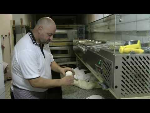 Pizzateig - Herstellung für original italienische Pizza - Dem Nachwuchs wird gezeigt, wie es geht.