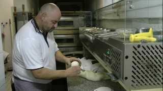 Pizzateig - Herstellung für original italienische Pizza - Dem Nachwuchs wird gezeigt, wie es geht. thumbnail