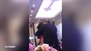 Невесту в засос поцеловал отец жениха и началась драка на свадьбе в Китае.
