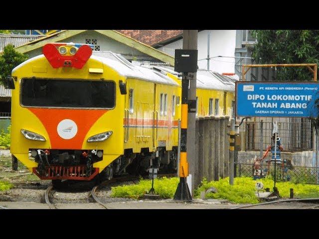 (HD) UNIK!!! Kereta Rel Diesel,Siap Menolong Kereta Yang Mogok