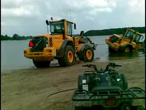 volvo l90f shovel vast in het meer