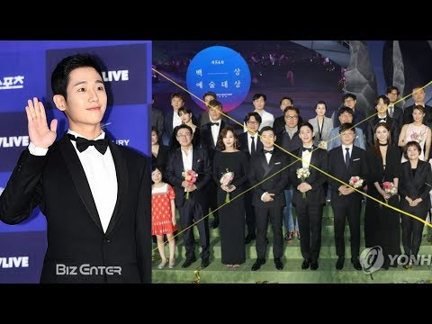 Jung Hae In under fire for taking center at 'Baeksang Arts Awards' instead of the seniors