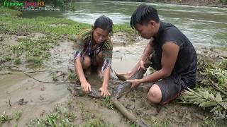 Survival skills - Primitive skills Catching Big Catfish by Hand - Grilled fish Eating delicious