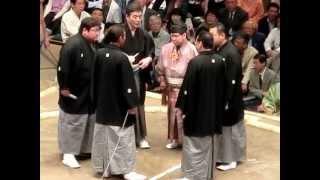 オッキーもカッコイイですが、紋付袴の佐ノ山親方がカッコ良過ぎる。