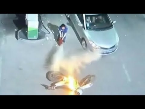 Gas station worker puts out motorcycle fire after owner takes flight in E. China