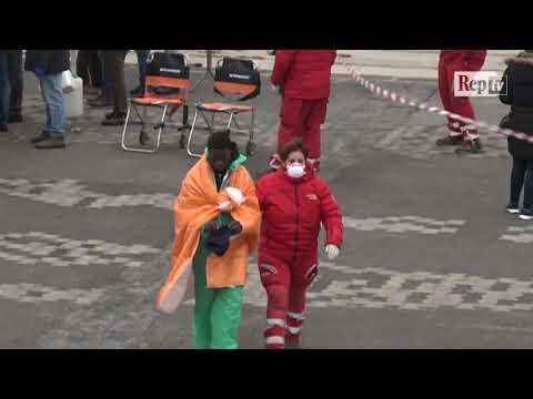 Migranti, lo sbarco a Catania  dei sopravvissuti al naufragio al largo della Libia