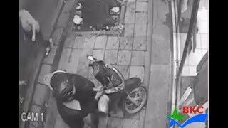 Trộm xe máy bị bắt khi đang hành sự   Ăn đấm miễn phí cơm áo nhà nước lo   Trộm xe máy bị bắt 2019
